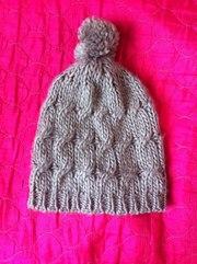продам шапку , вязаную , зимнюю, тёплую.светлую, качество гарантировано...