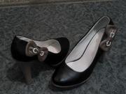 Продаются женские туфли на высоком каблуке.