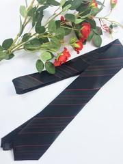 Черный галстук в красную полоску